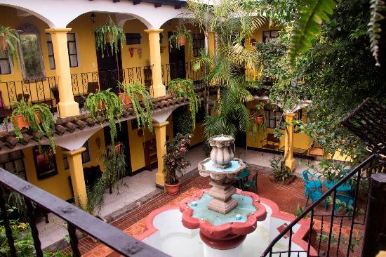Hotel Posada San Vicente: Patio central y fuente vistos desde la planta alta