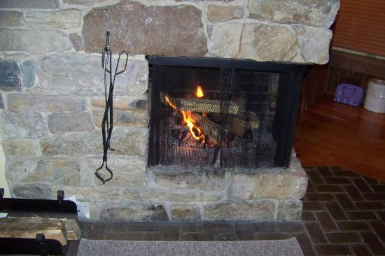 Glasbern Inn - Fogelsville / Allentown: Wood burning fireplace