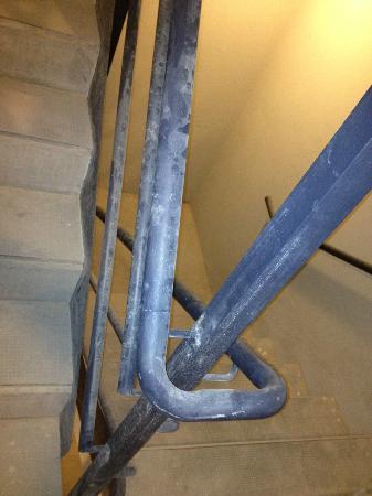 Esplendor Palermo Soho: Corrimão da escada de emergência com poeira de obra