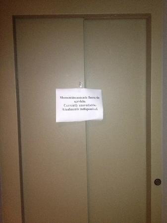 Esplendor Palermo Soho: Placa indicando elevador quebrado