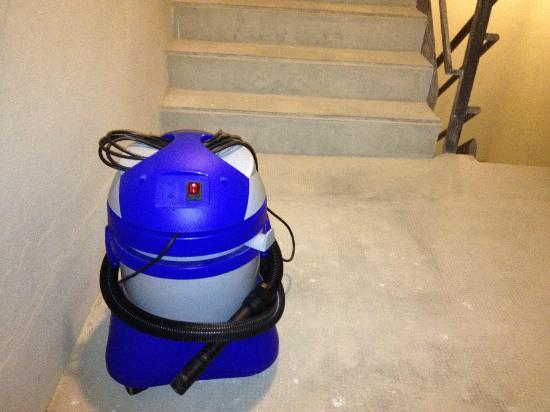 Esplendor Palermo Soho: Aspirador de pó deixado na Escada de Emergência