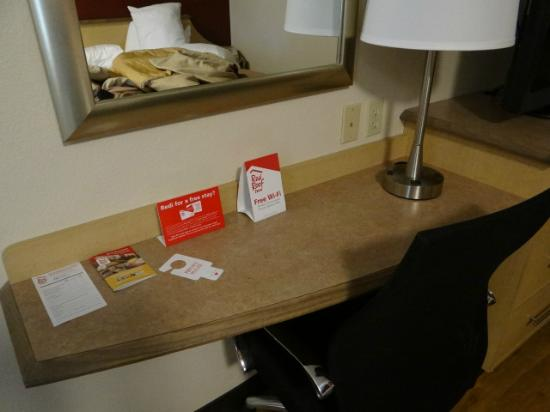 Red Roof Inn Erie : The desk in this room was incredibly small.