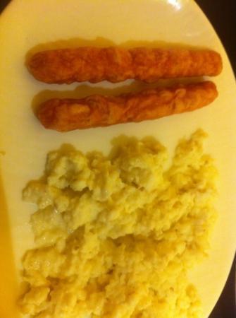 Formule1 Greater Noida Hotel: sausage & scrambled eggs