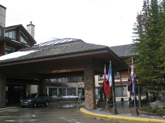 Delta Hotels Kananaskis Lodge: Main entrance to Lodge