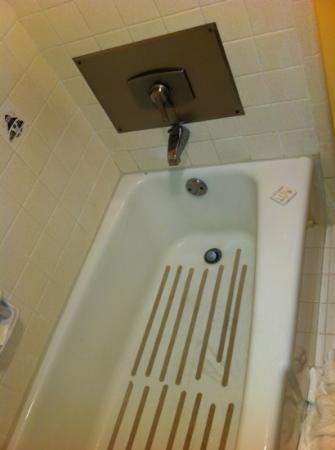Sunday House Inn : bathroom tub