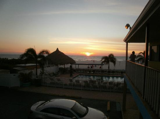 Bayview Plaza Waterfront Resort: Sunset ahhhhhhhhhh!!