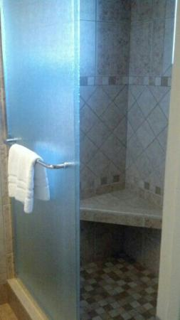BEST WESTERN PLUS King's Inn & Suites: Beautiful tile shower