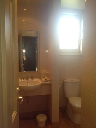 Grand Vue Private Hotel: Looking into bathroom from door, shower around corner to right