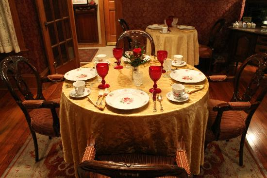The Cedar House Inn: Table ready for the A.M.