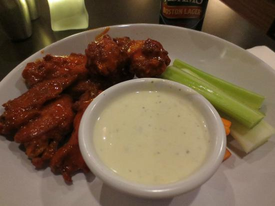Courtyard Boston Waltham: Wings...Spicy and Good