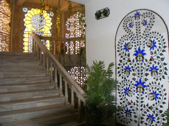 Hotel Hilltop Palace: Stairway next to lift