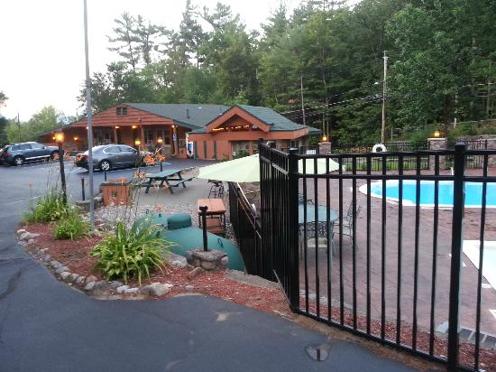 Adirondack Diamond Point Lodge: Pres de la piscine centrale