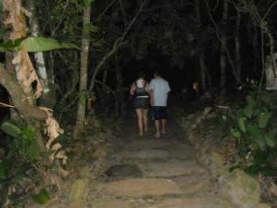 Pousada Astral da Ilha: caminho indo da suite para o restaurante