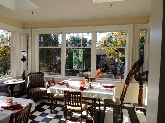 Beaconsfield Inn: Conservatory breakfast room