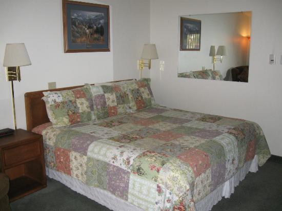 Deer Crest Resort: The bed showing the style of furnishings.