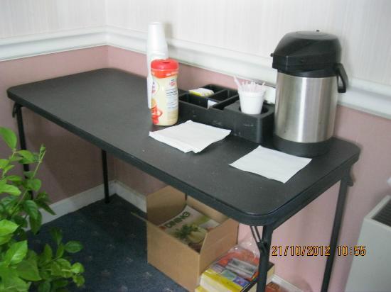 Rodeway Inn Akron: Caffé e non colazione continentale