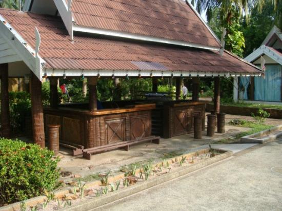 Krabi Resort: one of the beach bars needs attention - hazardous step down and empty planters
