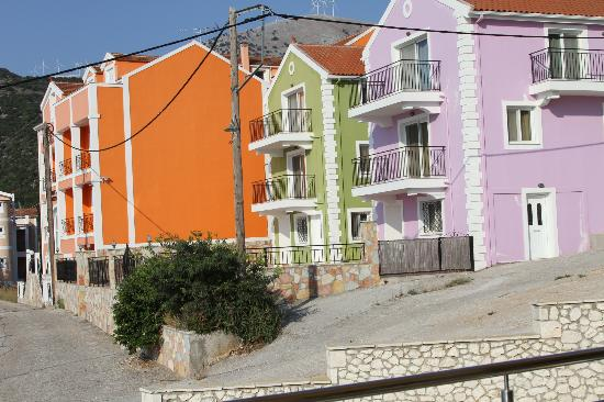 Odyssey Hotel Kefalonia: neighboring homes on walk to nearby restaurants