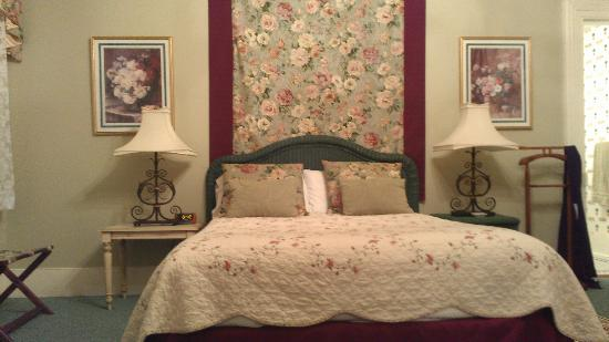 Flowertown Bed and Breakfast: Our room