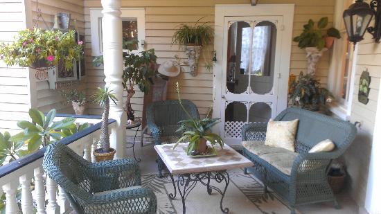 Flowertown Bed and Breakfast: Veranda