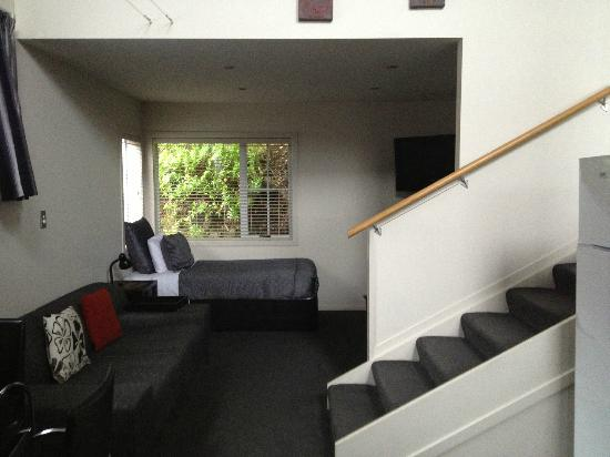 Anchor Lodge Coromandel : 2 beds and a TV in the living room