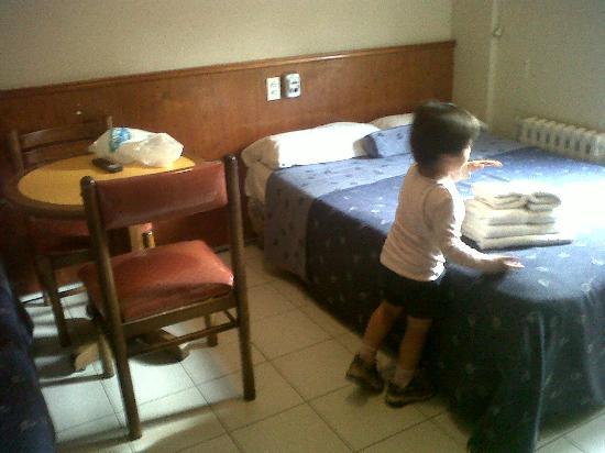 Providencia Apart Hotel : cama y mesa para tomar desayuno!!! la silla se le cae el cojin