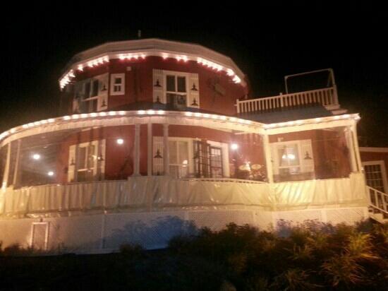 Auberge de La Tour du Lac: Devantune le soir