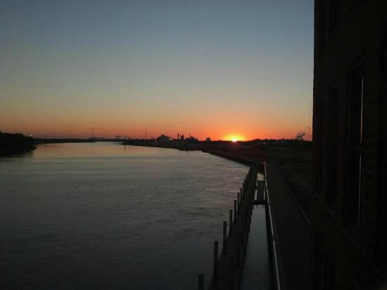 Marriott Savannah Riverfront: Sunrise :)