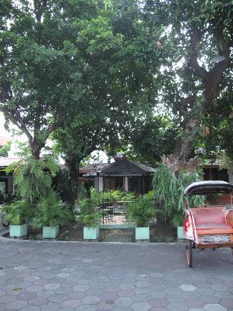 Hotel Indrakila: Hotel Front yard