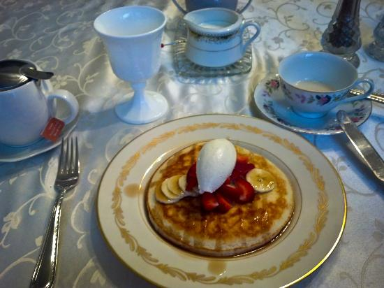 Seattle Hill House B & B: Amazing breakfast is always as yummy as it is beautiful!