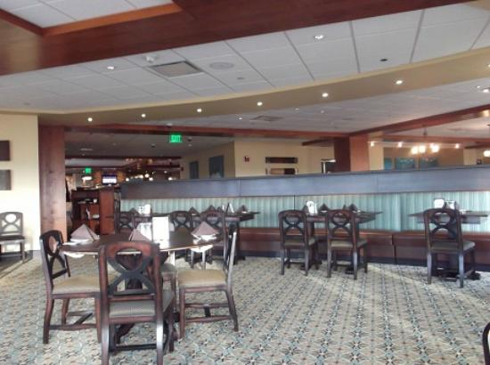Bear River Casino Hotel: Restaurant looking into lobby area beyond