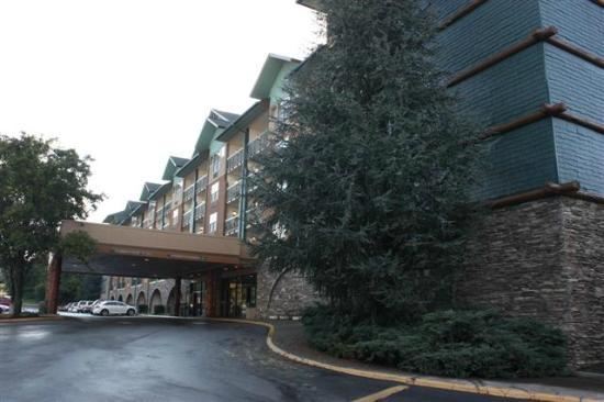 Spirit of the Smokies Condo Lodge : Front entrance side of building