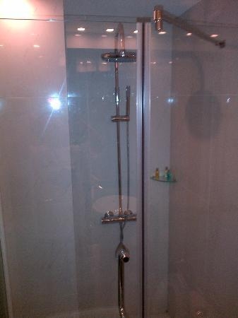 Church Boutique Hotel Hang Ca : Shower