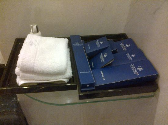 Church Boutique Hotel Hang Ca : Bathroom amenities