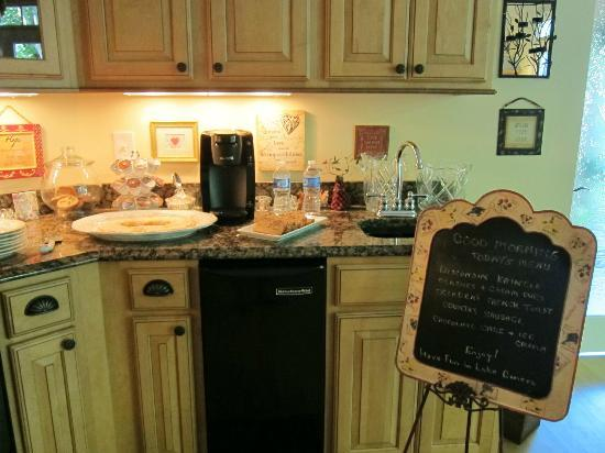 White Swan Inn Bed and Breakfast : The homey kitchen that guests can use. It's stocked with drinks and wine.