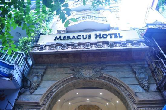โรงแรมเมราคัส: Hotel Front View