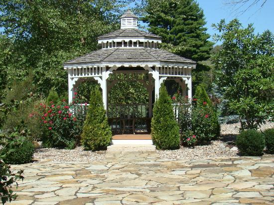 Inn on Crescent Lake: The gazebo.