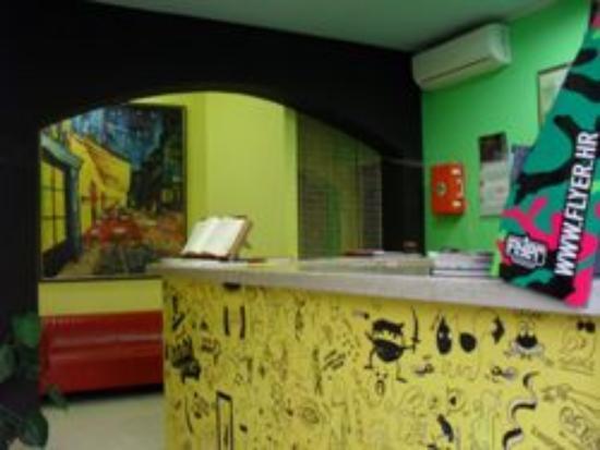 Hostel Pipistrelo: reception desk 