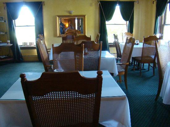 Inn on Crescent Lake: The dinning room in the main house.