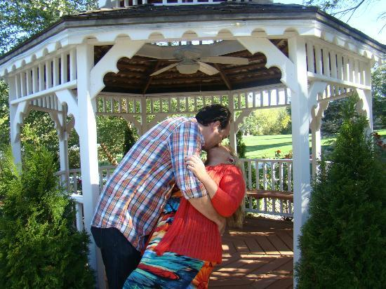 Inn on Crescent Lake: A smooch at the gazebo.