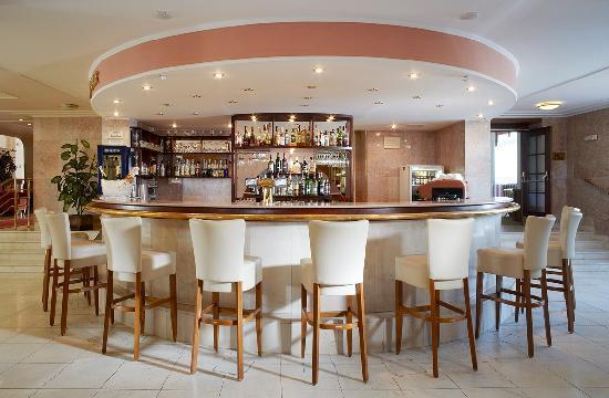 Chateau Monty SPA Resort: Lobby bar