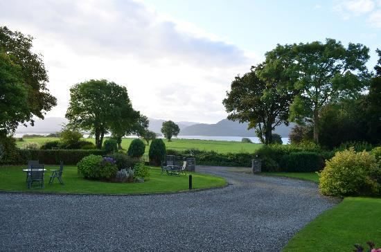 Loch Lein Country House: View of the grounds and Lake