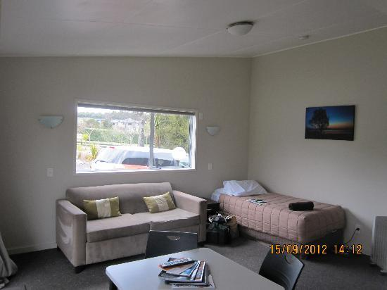 Taupo DeBretts Spa Resort: the living room w/ a single bed and the dining area