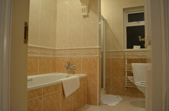 Loch Lein Country House: Bath and shower