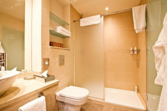 Staybridge Suites St. Petersburg: Studio bathrooms are equipped with showers