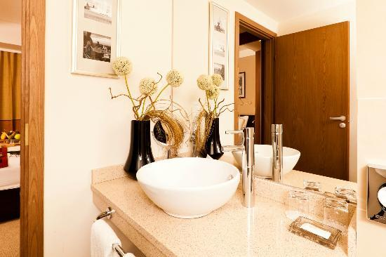 Staybridge Suites St. Petersburg: Modern bathroom