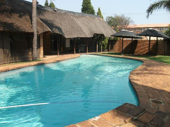 Aero Guest Lodge: pool area