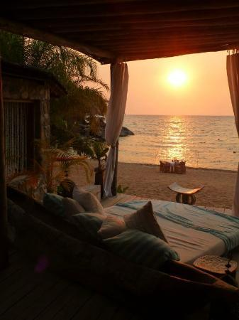 Kaya Mawa : Sundowners on the day bed in the lounge, followed by dinner on the beach.