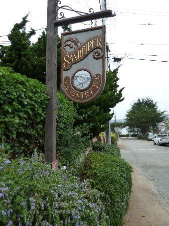Sandpiper Inn Carmel : Inn with road to the beach