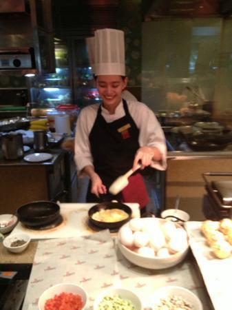 Edsa Shangri-La: Chef making my omelette to order